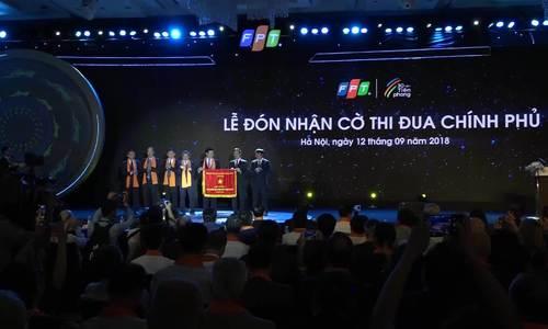 Ông Nguyễn Mạnh Hùng trao cờ thi đua và phát biểu